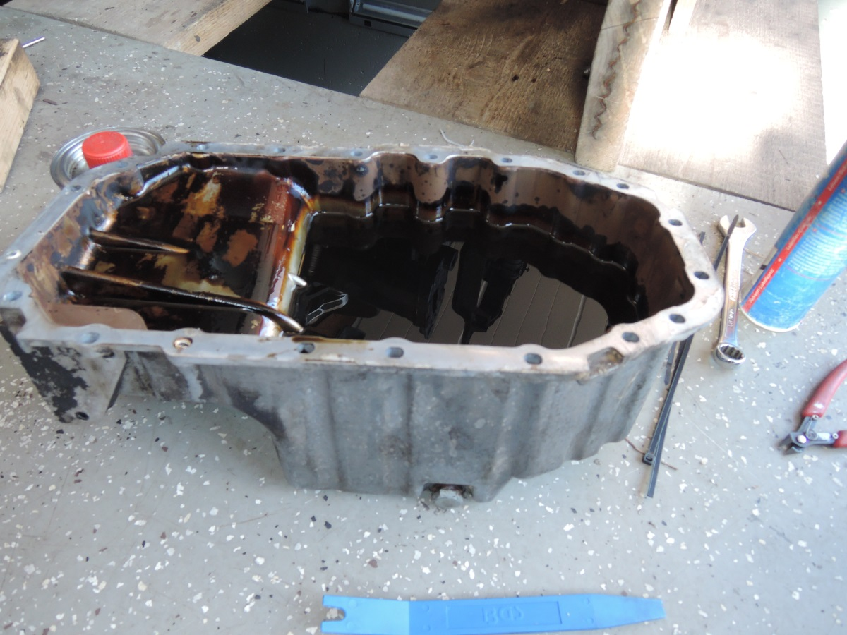 VW_engines_1.4_1.6_16V_Oilpan_filled_w_3L_Oil.jpg.ae294f157291ee927d1953436dffc3df.jpg