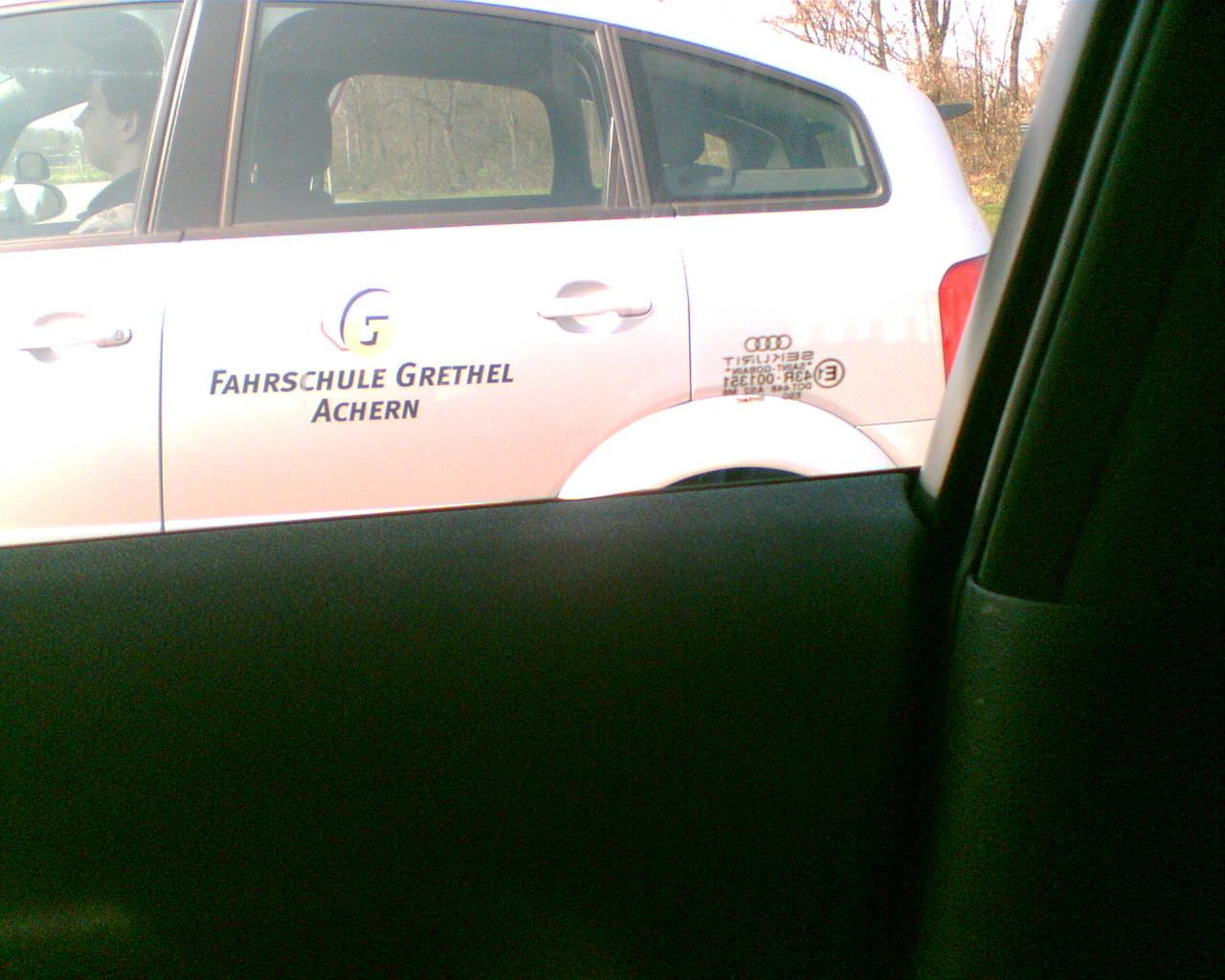 Wie machen die das mit dem Fahrschulen Schild ???
