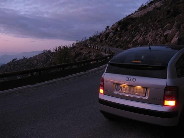 Einsame Passsstraße in Abenddämmerung