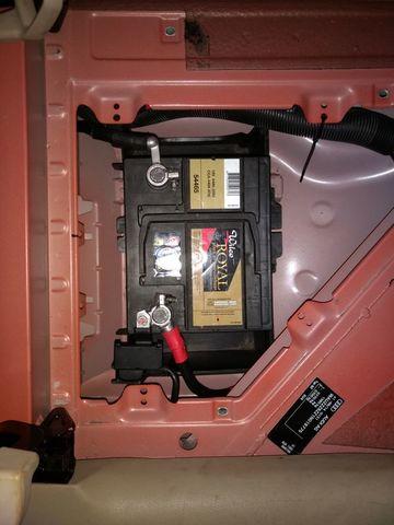 Batterie in Beifahrerfußraum