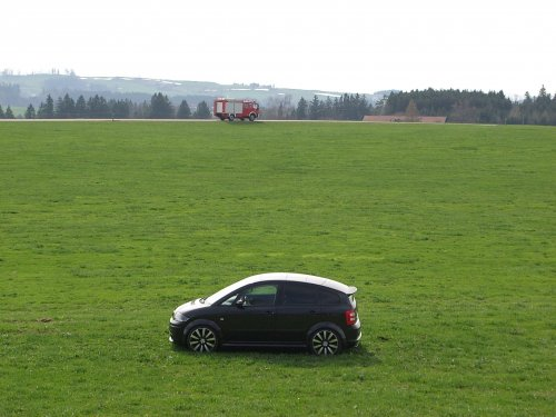 Audi A2 mit Feuerwehrauto.jpg